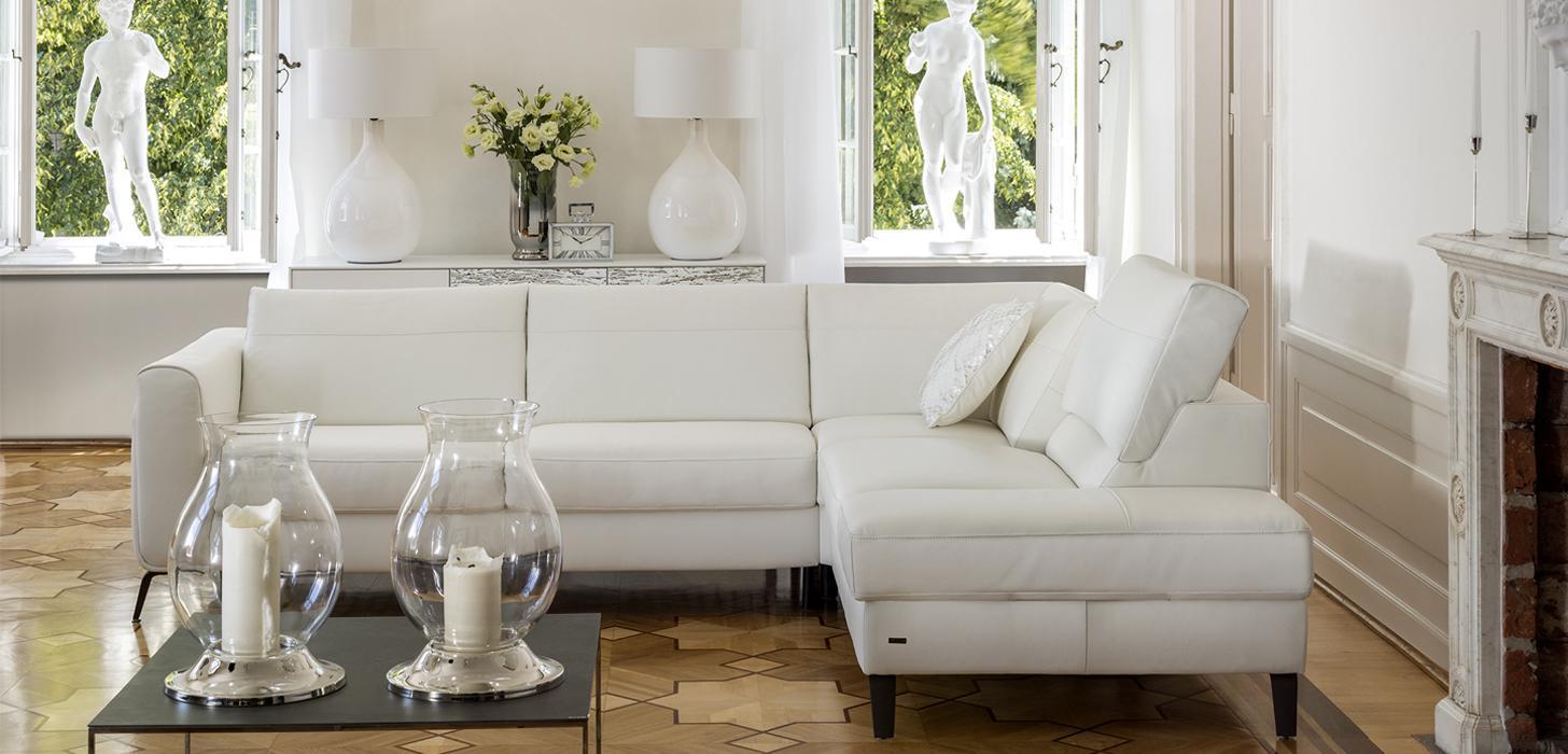 Narożnik Bolero marki Kler z rozłożonym oparciem w eleganckim jasnym salonie