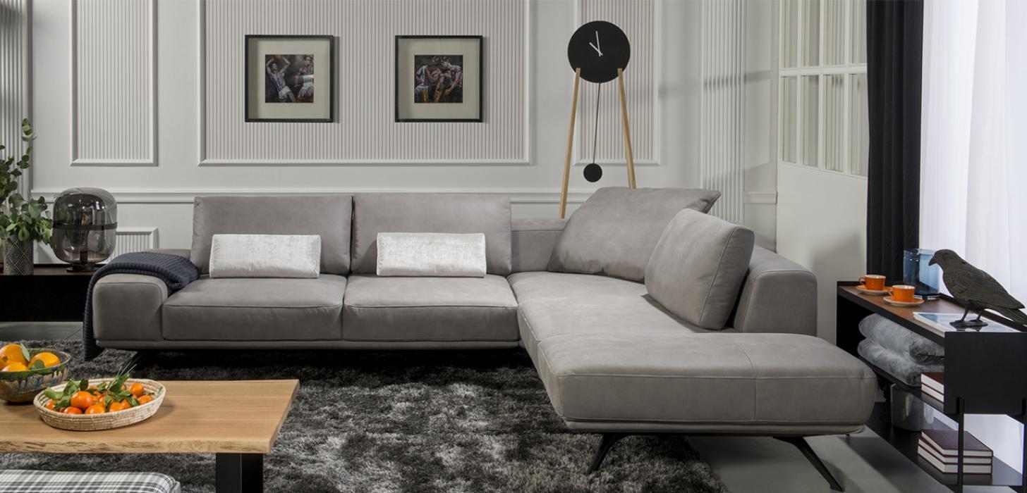 Narożnik Figaro Due stojący na szarym dywanie w eleganckim salonie.