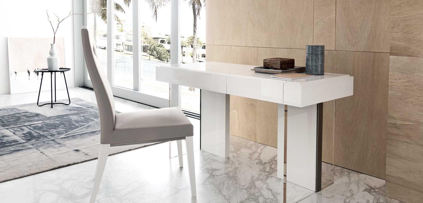 Toaletka w kolorze białym oraz krzesło z kolekcji Artemide z oferty Kler.