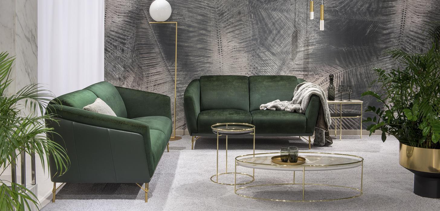 Zestaw mebli składający się z dwóch zielonych sof wykonanych w skórze i tkaninie, ze złotymi nóżkami - kolekcja Kler Gondoliere