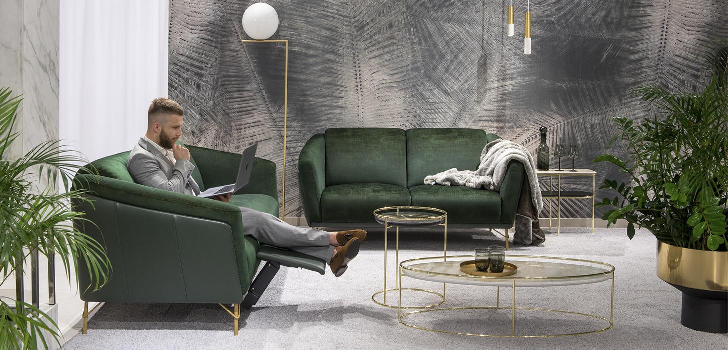 Sofy Gondoliere marki Kler umieszczone w eleganckim salonie na szarym dywanie.