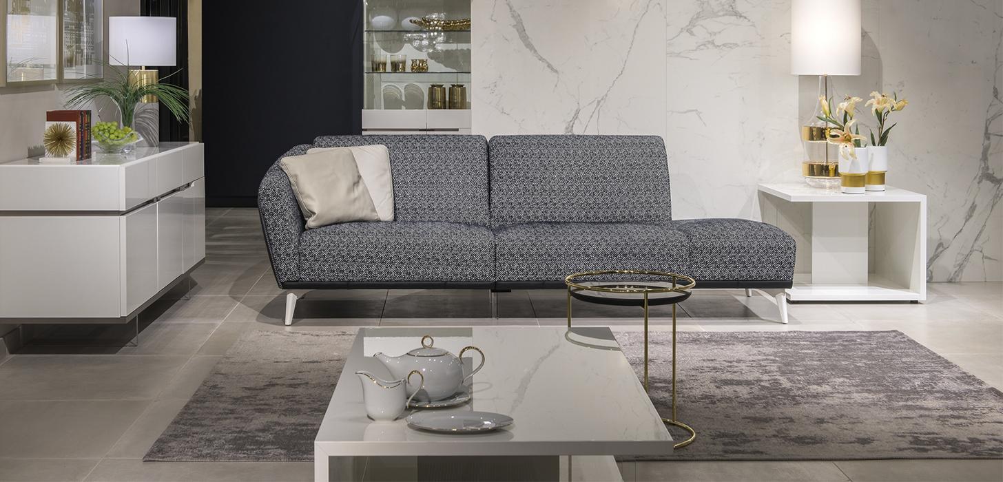 Sofa Kler Gondoliere w czarno-białej -tkaninie stojąca w jasnym, eleganckim, salonie.
