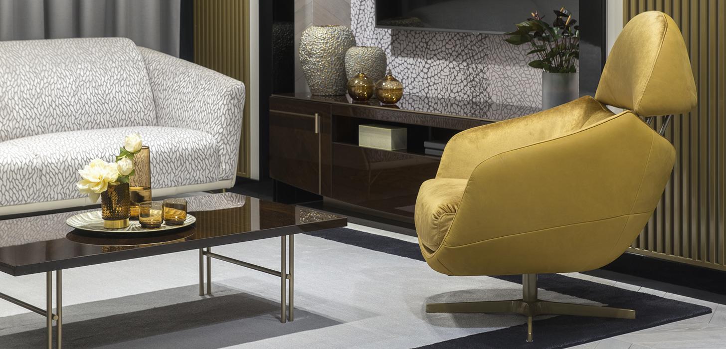 Nowoczesny fotel Kler Cornetta w złotym obiciu - połączeniu skóry i tkaniny