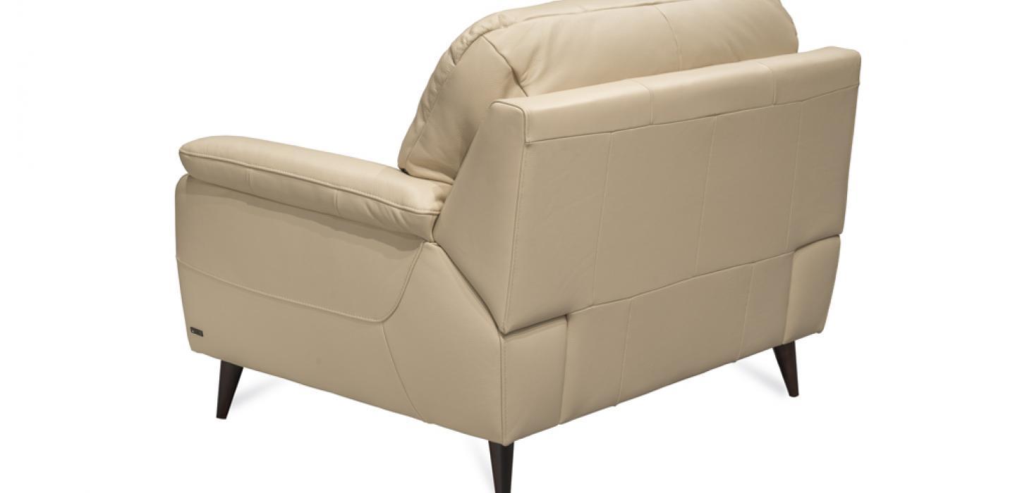 Zdjęcie packshotowe fotela Kler Bartolo w beżowej skórze - ujęcie z tyłu