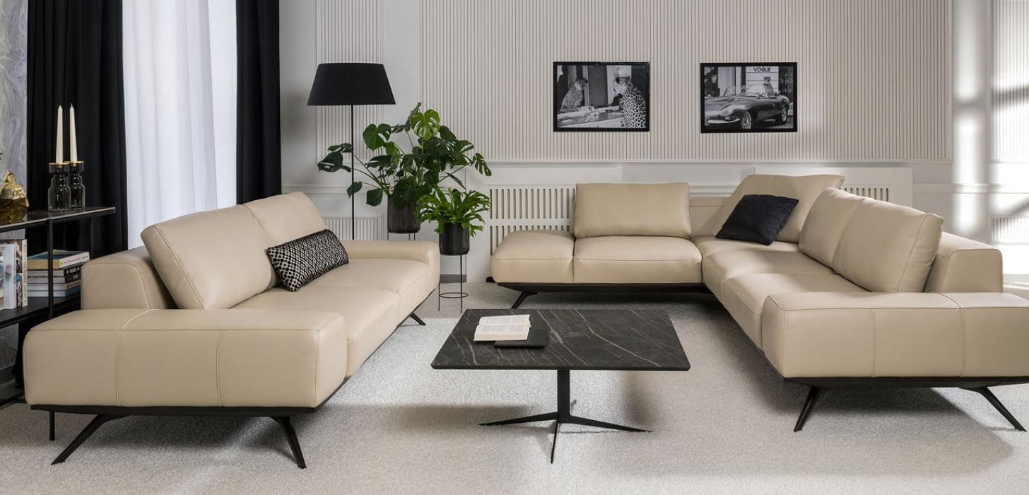 Kolekcja mebli Figaro Uno marki Kler - beżowa sofa i narożnik umieszczone w eleganckim salonie.