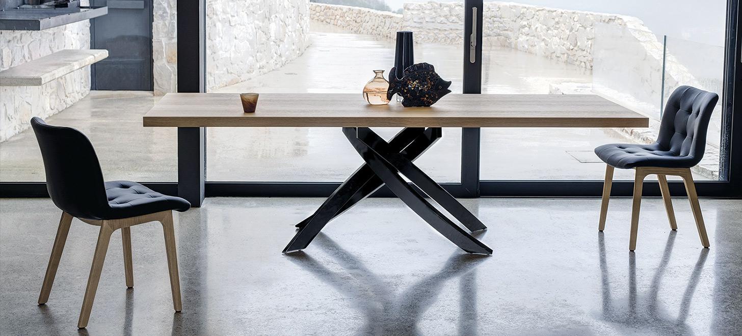 Nowoczesny stół Artistico Bontempi z oferty Kler. Drewniany blat i piękna podstawa.
