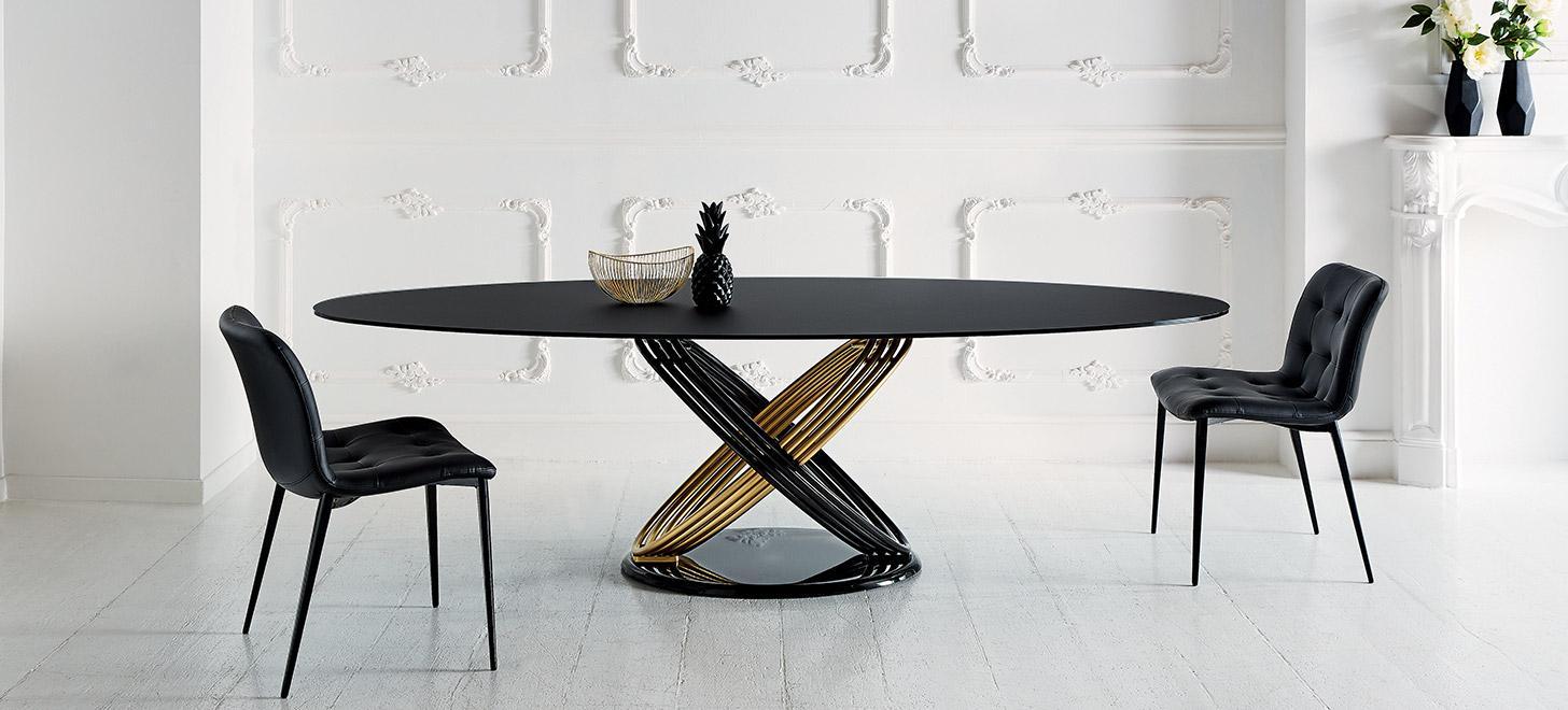 Czarny stół Fusion firmy Bontempi z oferty Kler. Piękny z owalnym blatem i oryginalna, czarno-złotą podstawą.