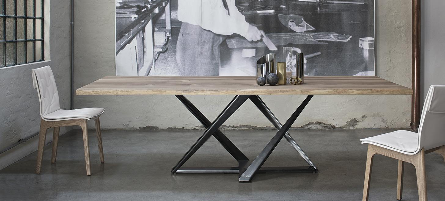 Stół Millenium firmy Bontempi. Stół z drewnianym, jasnym blatem na nowoczesnej, ciemnej podstawie, w towarzystwie dwóch krzeseł.