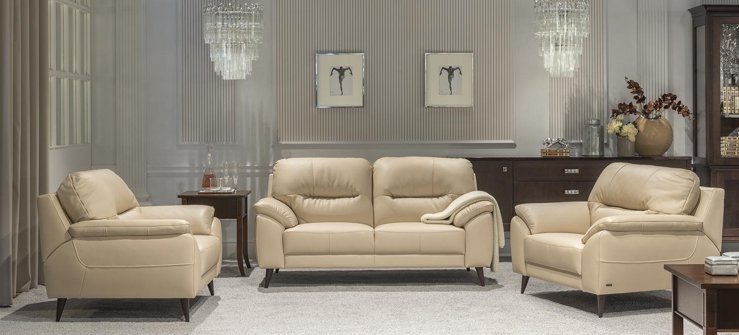 Kolekcja Bartolo z oferty Kler złozona z sofy i dwóch foteli w beżowym obiciu.
