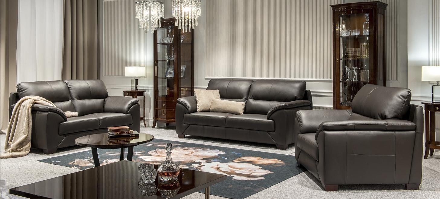 Dwie sofy i fotel - elementy kolekcji Fiorello marki Kler - zestaw w brązowej skórze.